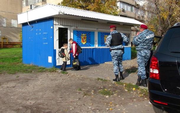 Юні відвідувачі на відкритті забороненого грального закладу на Троєщині