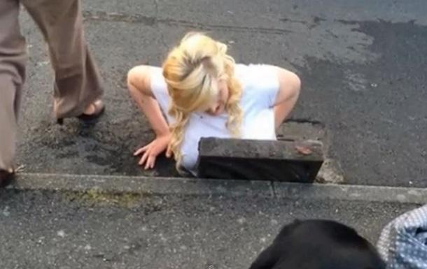 Блондинка застряла в канализации, пытаясь достать iPhone 5