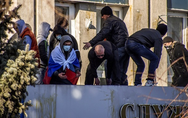 Пророссийские активисты в Луганске