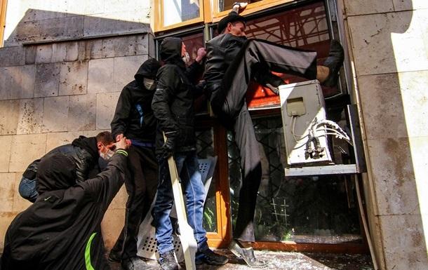 Митингующие в Донецке перекрывают жителям газ и жгут машины – мэр