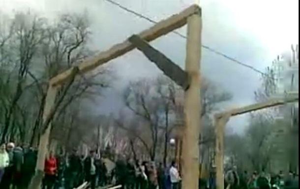 Пророссийские митингующие строят виселицы для  бандеровцев