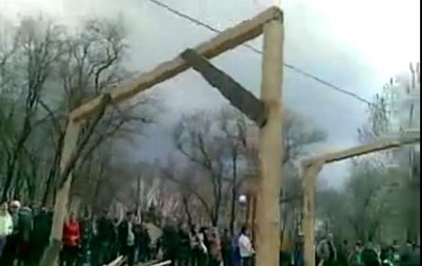 «Виселицы для бандеровцев» в Луганске оказались ненастоящими