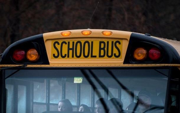 В США в столкновении грузовика и автобуса погибли девять школьников