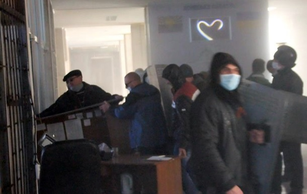 Захватившие здание горотдела милиции в Славянске применяли слезоточивый газ - МВД