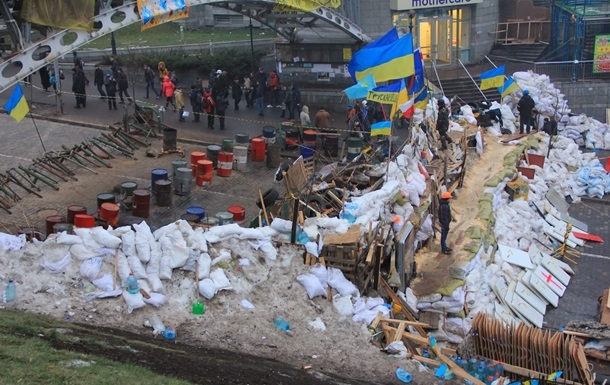 На Майдане в Киеве разбирают баррикады у Дома профсоюзов