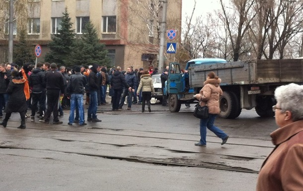 Митингующие захватили горуправление милиции в Горловке, есть раненые. Онлайн-трансляция