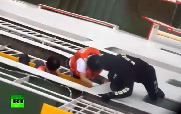 Видео спасения пассажиров потерпевшего крушение парома Севол
