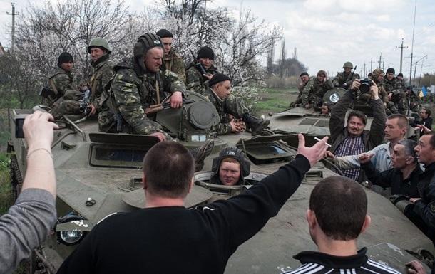 Шесть бронемашин еще заблокированы в Славянске - Минобороны