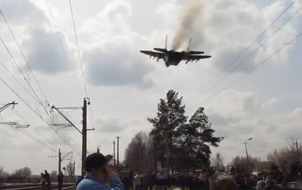 Появилось видео, как в Краматорске украинский МиГ пролетает над протестующими