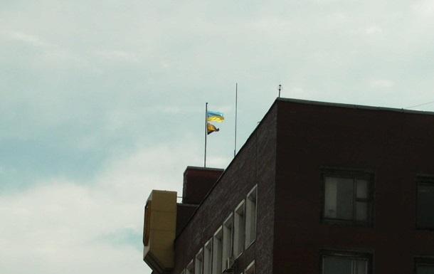 Протестующие покинули горсовет в Енакиево, над зданием поднят флаг Украины