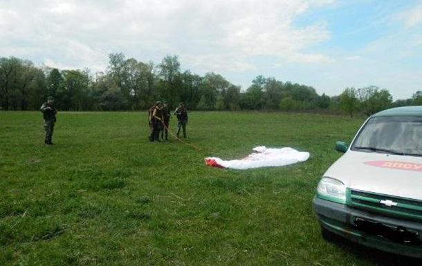 Пограничники задержали румына, который попал в Украину на парашюте