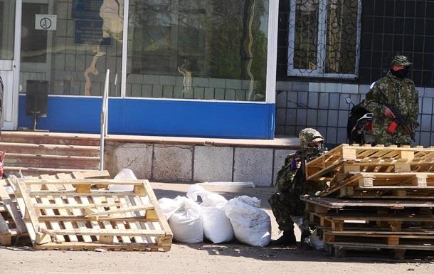 Перед исполкомом в Константиновке строят баррикады