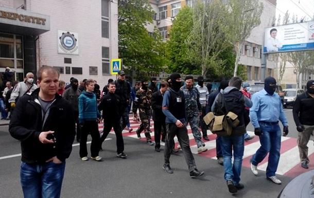Митингующие скандируют  Коломойский - фашист!