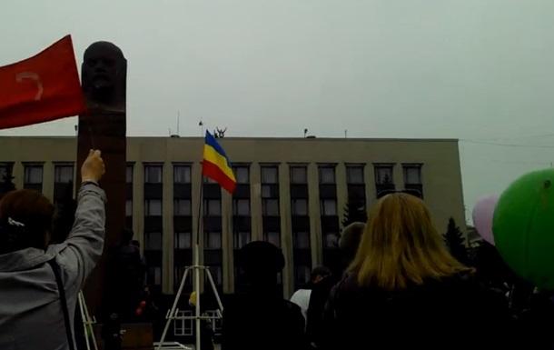 В Антраците Луганской области над горадминистрацией подняли российский флаг