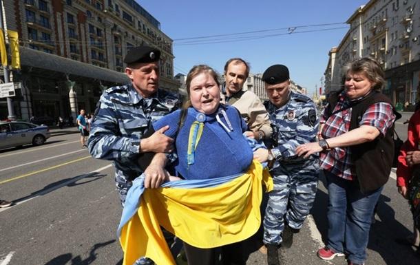 В центре Москвы задержали четверых активистов, развернувших флаг Украины