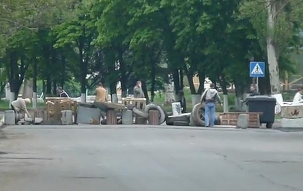 Сторонники протестующих в Славянске возводят баррикады