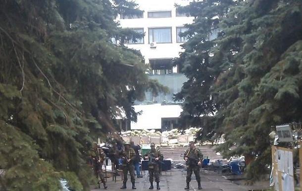 Мариупольский горсовет оцеплен военными. Слышны выстрелы