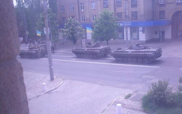 Бронетехника украинской армии вошла в Мариуполь, центр перекрыт - соцсети