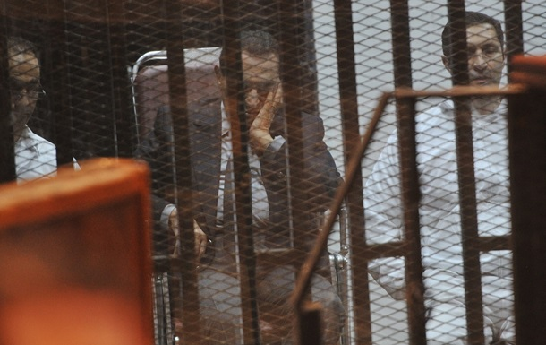 Экс-президенту Египта и его сыновьям дали сроки за коррупцию