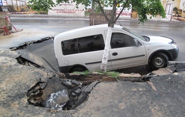 В Киеве под землю провалилась машина