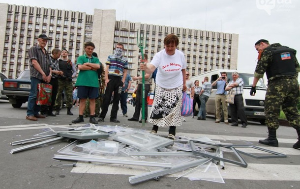 Сторонники ДНР в центре Донецка разгромили урны для голосования