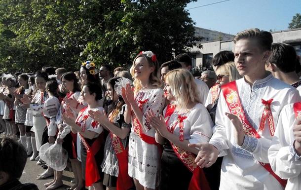 Севастопольские выпускники пришли на последний звонок в вышиванках