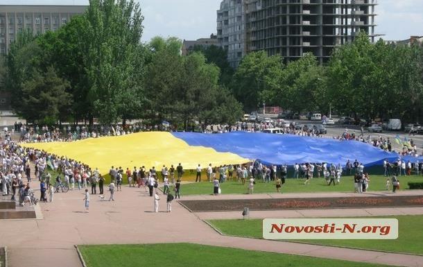 В Николаеве на Параде вышиванок развернули самый большой флаг Украины