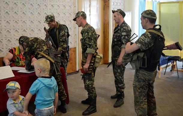 Украинские военные приходят голосовать на участки с автоматами