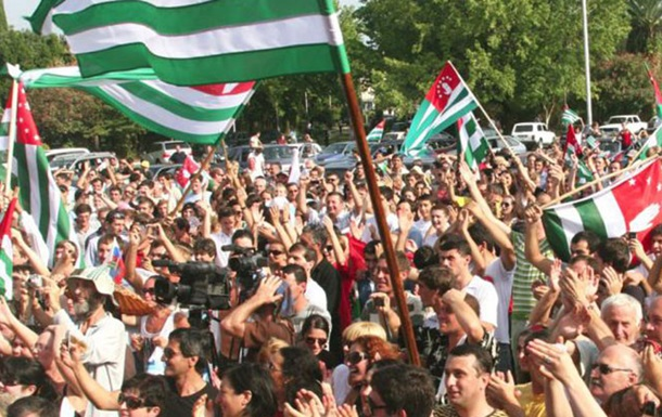 В столице Абхазии проходит многотысячный митинг в поддержку президента