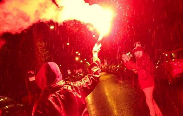 В Петербурге генконсульство Латвии забросали дымовыми шашками и файерами