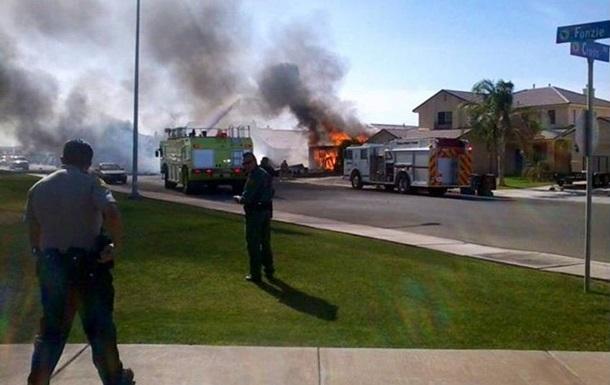 Истребитель ВМС США рухнул на жилой дом в Калифорнии