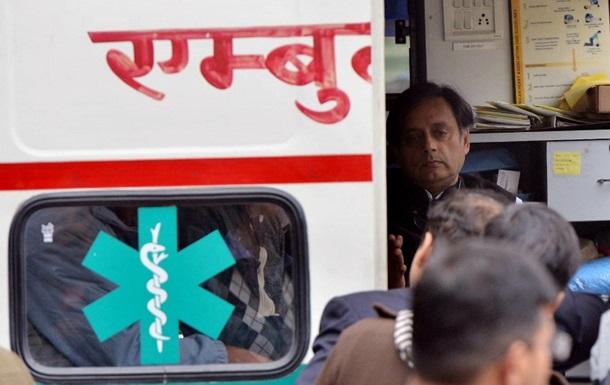 В Индии в столкновении микроавтобуса с грузовиком погибли 12 человек