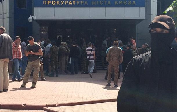 Активисты Майдана штурмуют здание прокуратуры
