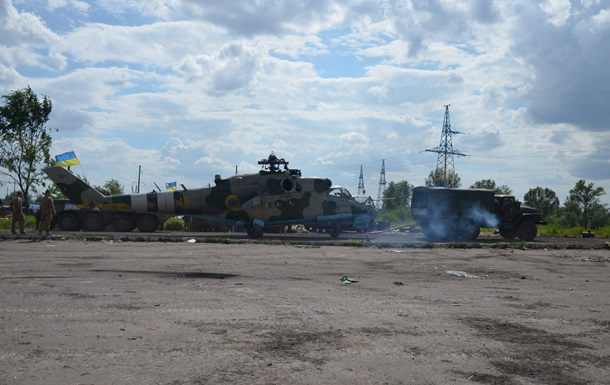 Украинские военные вывезли из Славянска сбитый вертолет Ми-24