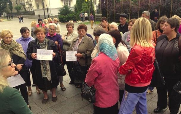 Матері й дружини українських військових, залучених до АТО, пікетують Адміністрацію Президента
