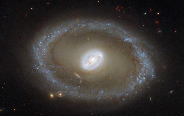 NASA показала галактику со сверхмассивной черной дырой и молодыми звездами