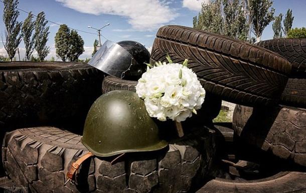 Весілля під час війни: молодята в Горлівці позують на блокпостах ДНР