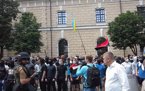 Активисты Майдана блокируют в Лавре участников крестного хода против АТО