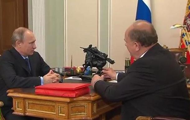 Путин подарил Зюганову на 70-летие статуэтку Чапаева