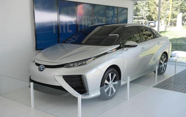 Toyota вживую показала первый серийный седан на водороде