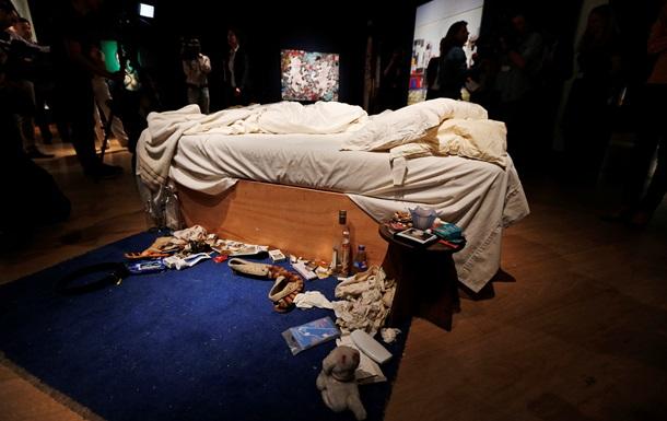 Неубранная кровать художницы продана за четыре миллиона долларов