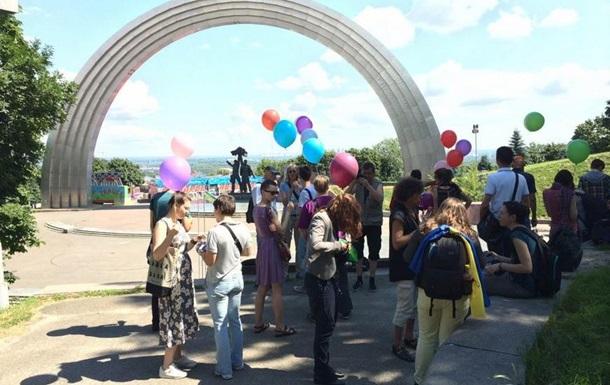 В Киеве прошел флешмоб ЛГБТ-сообщества