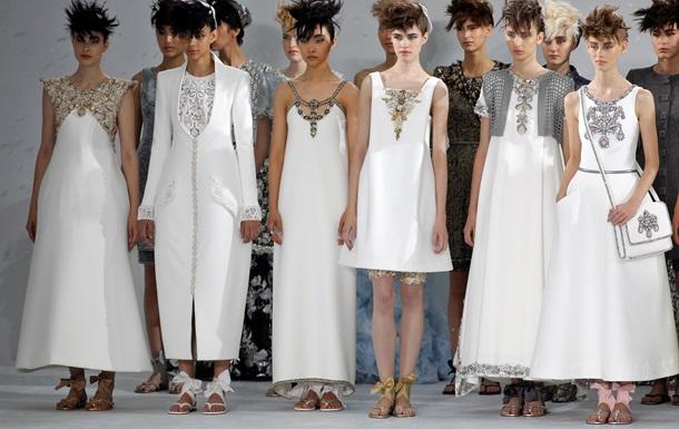 Сандалии под вечернее платье и беременная невеста. На Парижской неделе моды c83823b2786