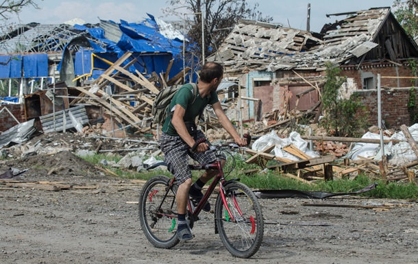 Полуразрушенный Славянск пытается вернуться к нормальной жизни. Фоторепортаж