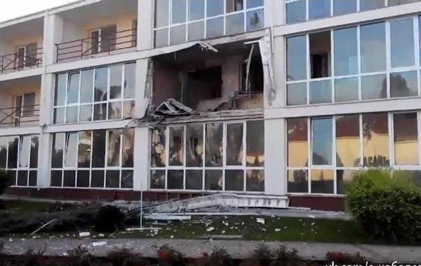 В Северодонецке снаряды попали в жилой дом и гостиницу
