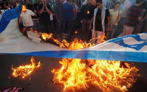 В арабских странах массово жгут флаги Израиля и США