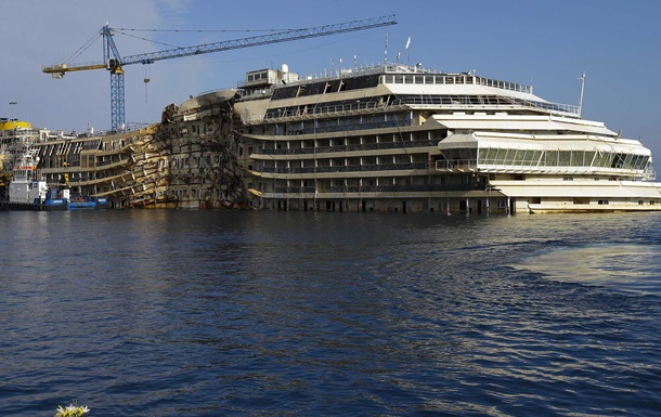 Итальянские спасатели начали транспортировку лайнера Costa Concordia в Геную