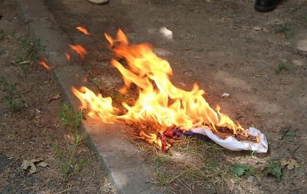 В Николаеве активисты вынудили жителей снять с окна флаг Россиии и сожгли его