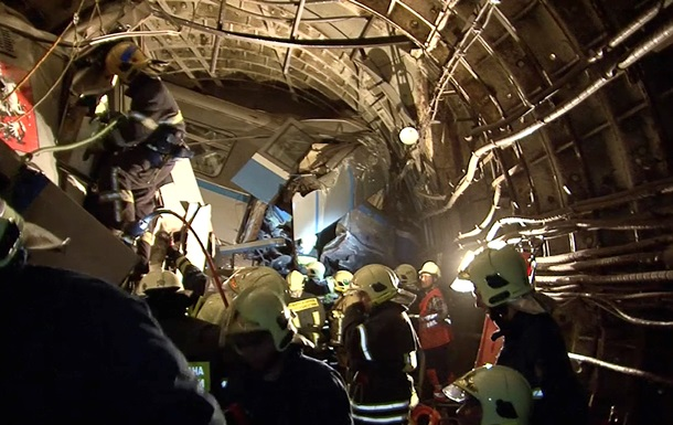 Пассажиры были зажаты в искореженных вагонах