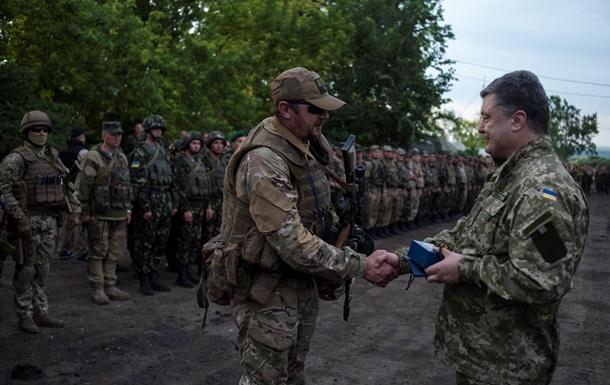 Порошенко наградил военнослужащих за участие в боях на юго-востоке